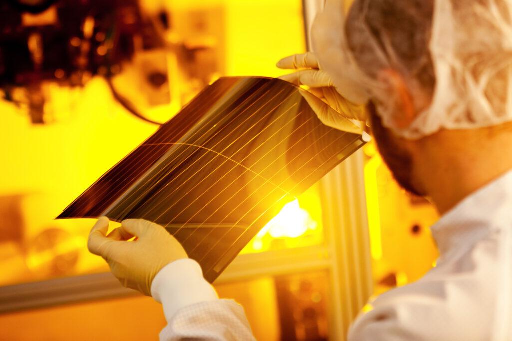 Heliatek_Download_Solarfolienstueck_aus_der_Produktion_web